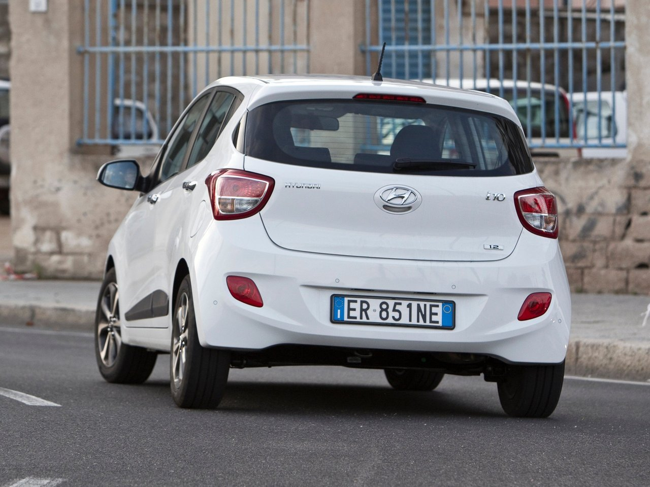 hyundai i10 technical specifications and fuel economy. Black Bedroom Furniture Sets. Home Design Ideas