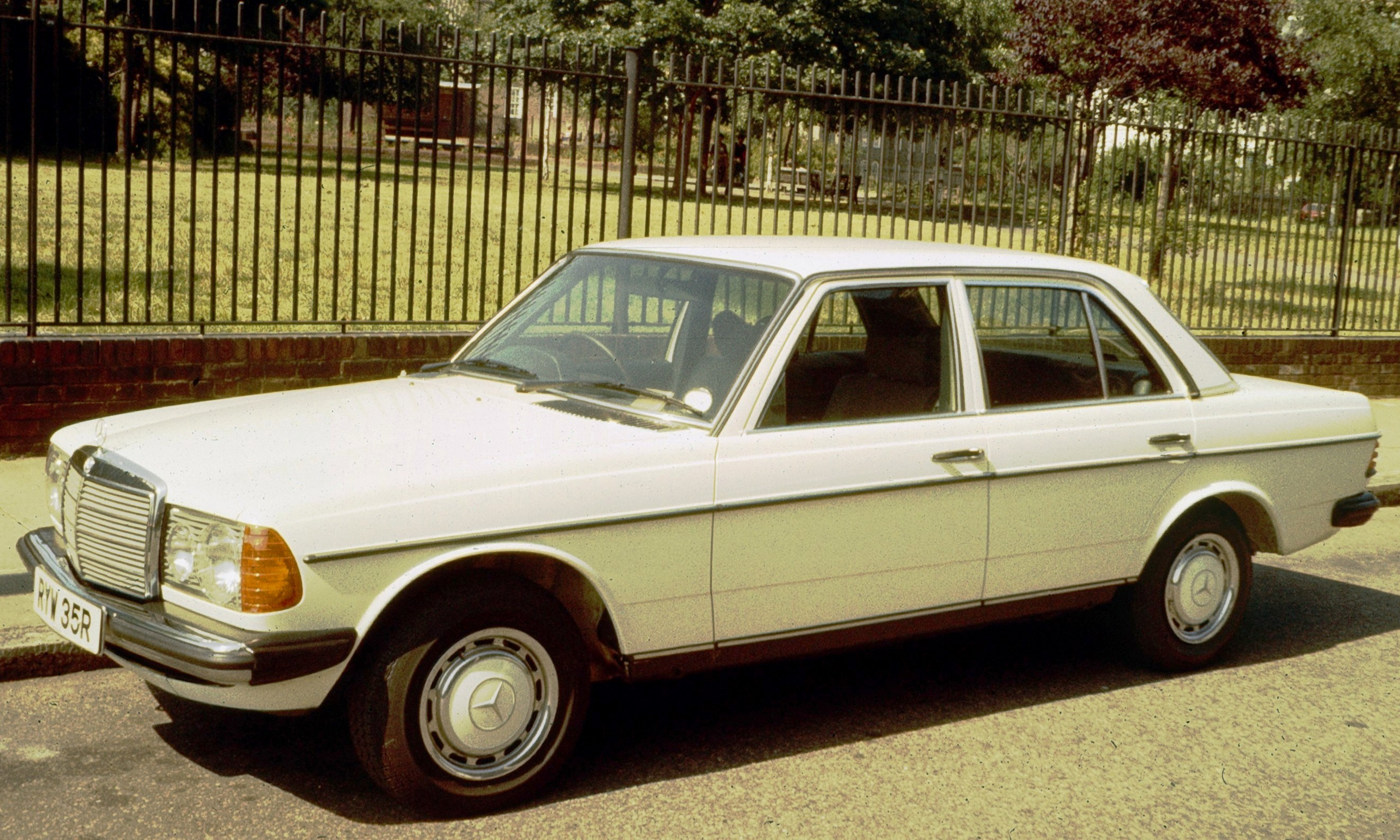 Mercedes benz 220 technical specifications and fuel economy for Mercedes benz gas mileage